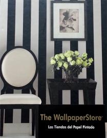 Recibidor decorado con papel pintado de rayas blancas y negras
