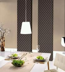 Decoración de comedor con dos pliegos de papel pintado en tonos marrones geométricos