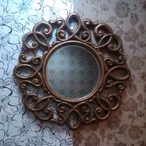 Motivo de decoración tienda con espejo y fondo con papel pintado