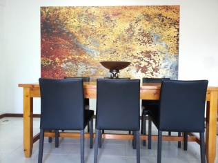 En la pared hemos colocado un mural de papel pintado. La imagen es del prestigioso diseñador Carl Robinson.