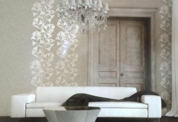Utilización del papel pintado para crear armonía en espacios monocromáticos, como aquí con tonos arena con detalles vegetales