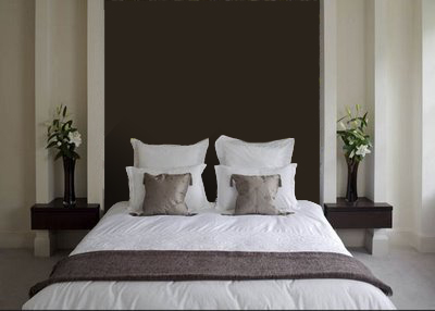 Dormitorio con cabecero de papel pintado marrón en tonos neutros