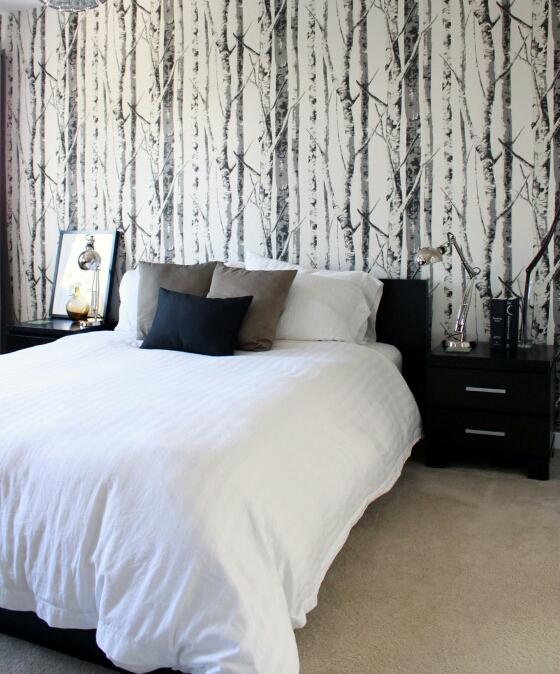 Papel pintado de árboles, acabado natural en el cabecero del dormitorio
