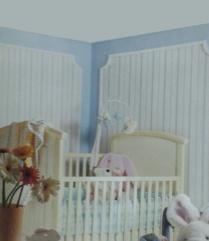 Es una bonita opción empapelar dos paredes con un papel a rayas encerrado entre molduras