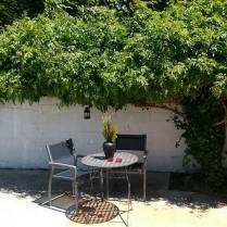 Puntos de encuentros en casas de campo, una mesa bajo un árbol
